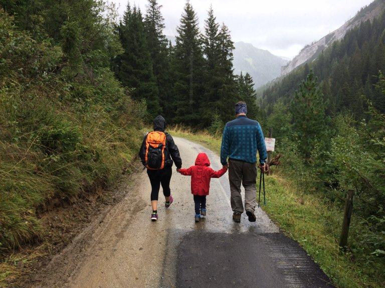 camping en familia padre e hijo tienda de campaña