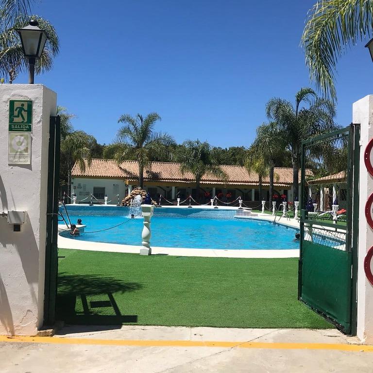 piscina camping fuente del gallo