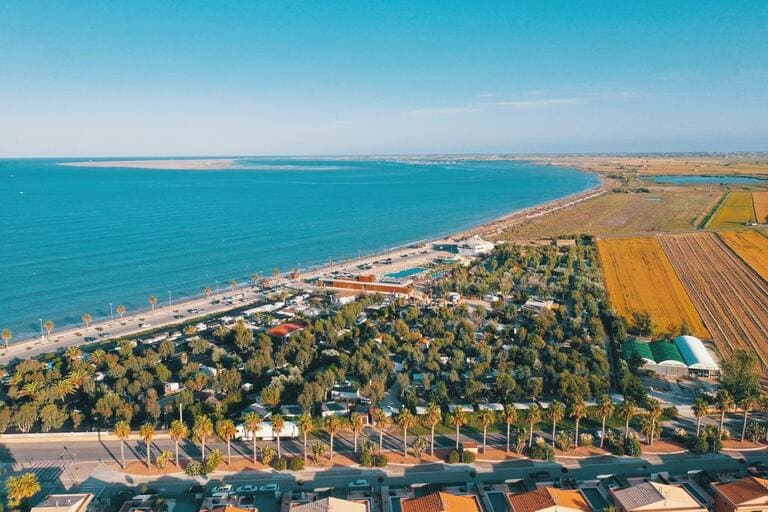 camping ampolla en la playa mar mediterraneo