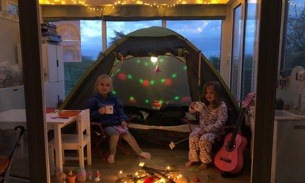 camping tienda de campaña dentro de casa