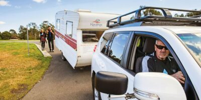 aparcar caravana marcha atrás en camping